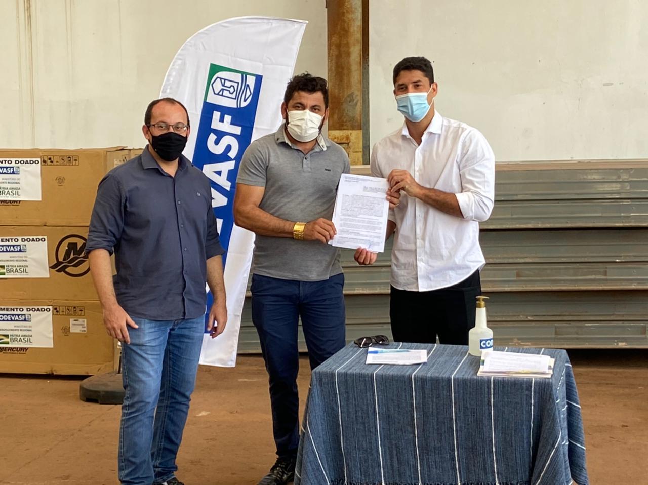 Prefeito Junior Garimpeiro recebe 3 barcos de alumínio para atenção às comunidades ribeirinhas